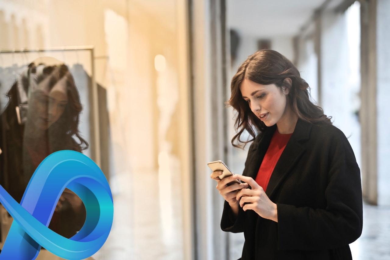 Femme addict à son téléphone portable