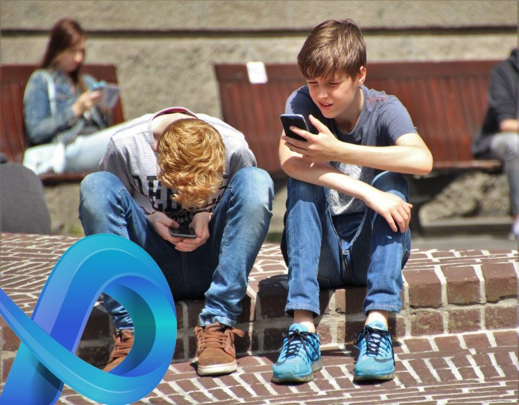 Enfant sur son téléphone